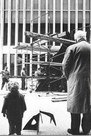 """Photo de gauche prise à Lincoln Center, New York en 1965, où l'on voit les deux Alexander Calder, tous les deux surnommés Sandy, au moment où l'artiste supervise l'installation de la sculpture """"Le guichet"""", accompagné de son petit-fils."""