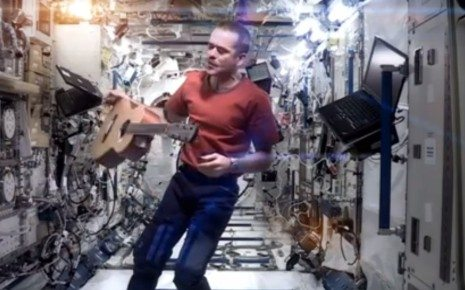 """""""Space Oddity"""" à bord de l'ISS Crédit : DR / Capture d'écran YouTube"""