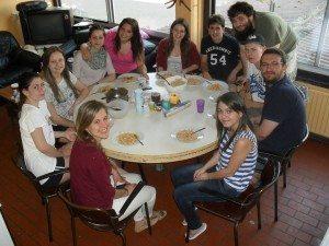 """Un """"farewell dinner"""" (dîner d'au revoir) hongrois entre colocataires Erasmus."""