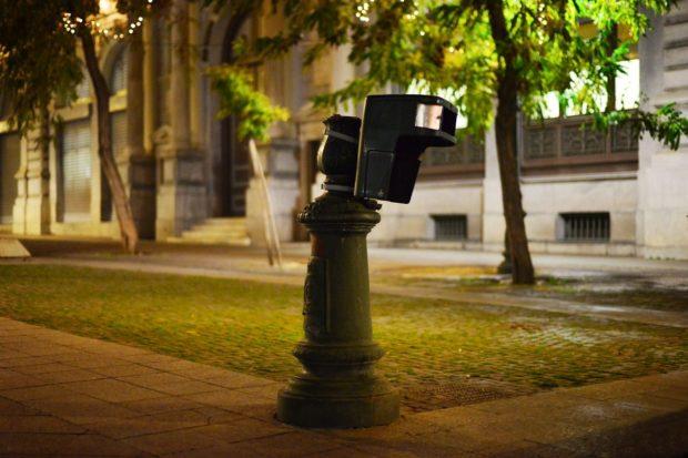 Lampadaire et poubelle devant la mairie d'Athènes