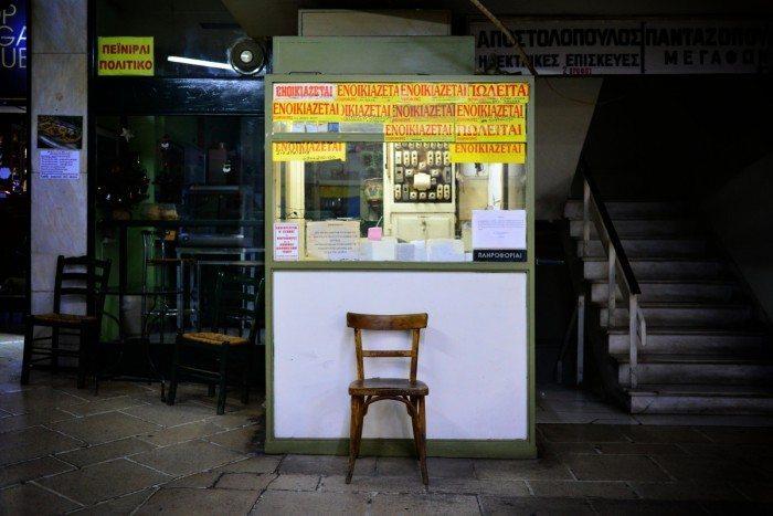 """Guérite de Gardien dans une galerie souterraine de la rue Sophocle avec affichette """"à louer"""""""