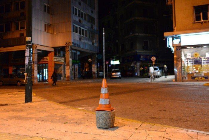 Un cône de chantier devant un kiosque square Kaniggos