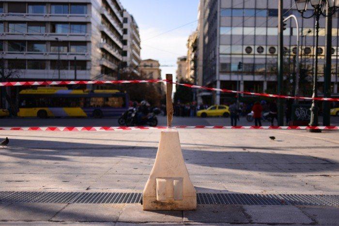 Chicane et ruban barrière sur la place Syntagma