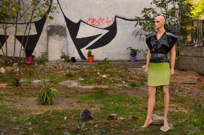 Mannequin en sacs poubelles près du square Omonoia