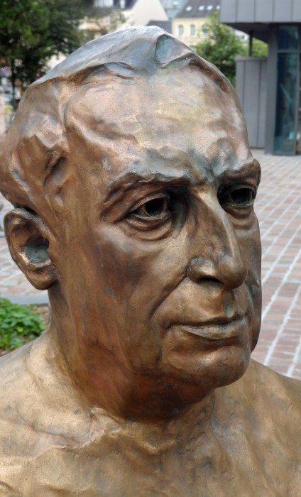 Cherbourg-Octeville : buste de Roland Barthes par Christine Larivière.