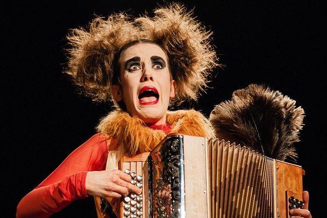 Les Estivales Orange Diatonique récital de rue Pauline Dumont Avranches