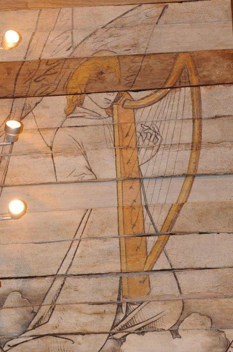 Ange musicien sur une fresque du XVème, Notre-Dame-de-Carmès en Neulliac