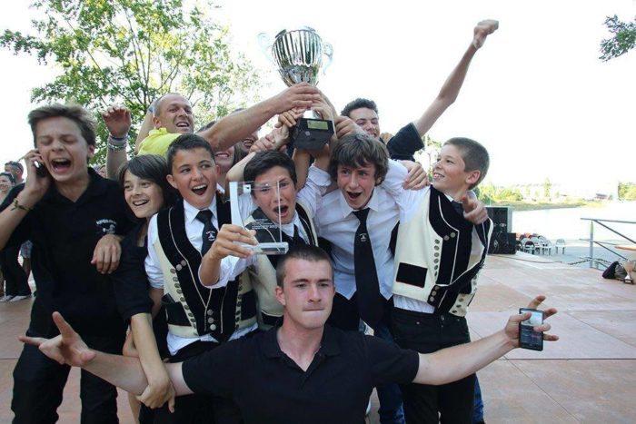 Jeunes sonneurs fous de joie à l'annonce de leur place de champions