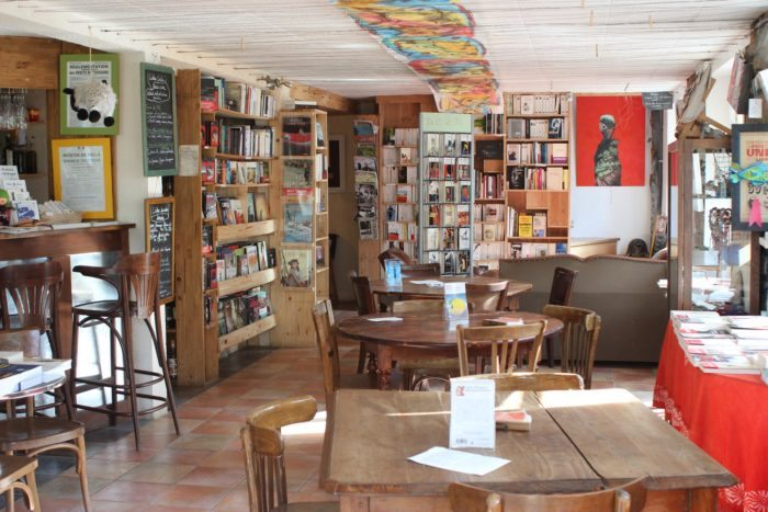 L 39 autre rive berrien caf librairie en bretagne - Salon de the librairie ...