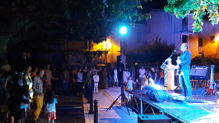 Le premier soir de l'été avec Le Marabunta et Walther Gallay chante des autres Place de la Liberté Pierrevert