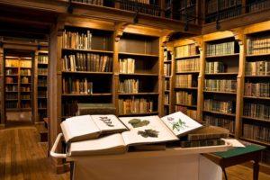L'ECOLE D'INGENIEURS AGROCAMPUS OUEST OUVRE LES PORTES DE SA REMARQUABLE BIBLIOTHEQUE PATRIMONIALE EN CHENE TYPIQUE DU XIXE SIECLE.