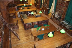 Salle d'étude de la bibliothèque diocésaine de Dijon Bibliothèque diocésaine Gustave Bardy