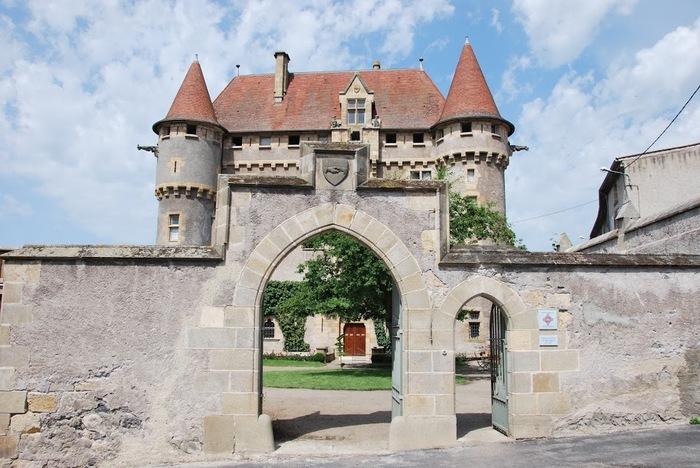 Découverte de l'histoire du château Château de Murol en Saint-Amant