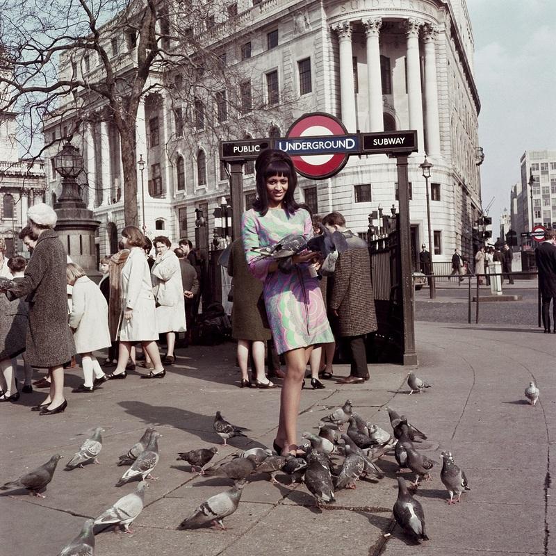 Marie Hallowi modèle de couverture de Drum à Trafalgar square Londres 1966 James Barnor