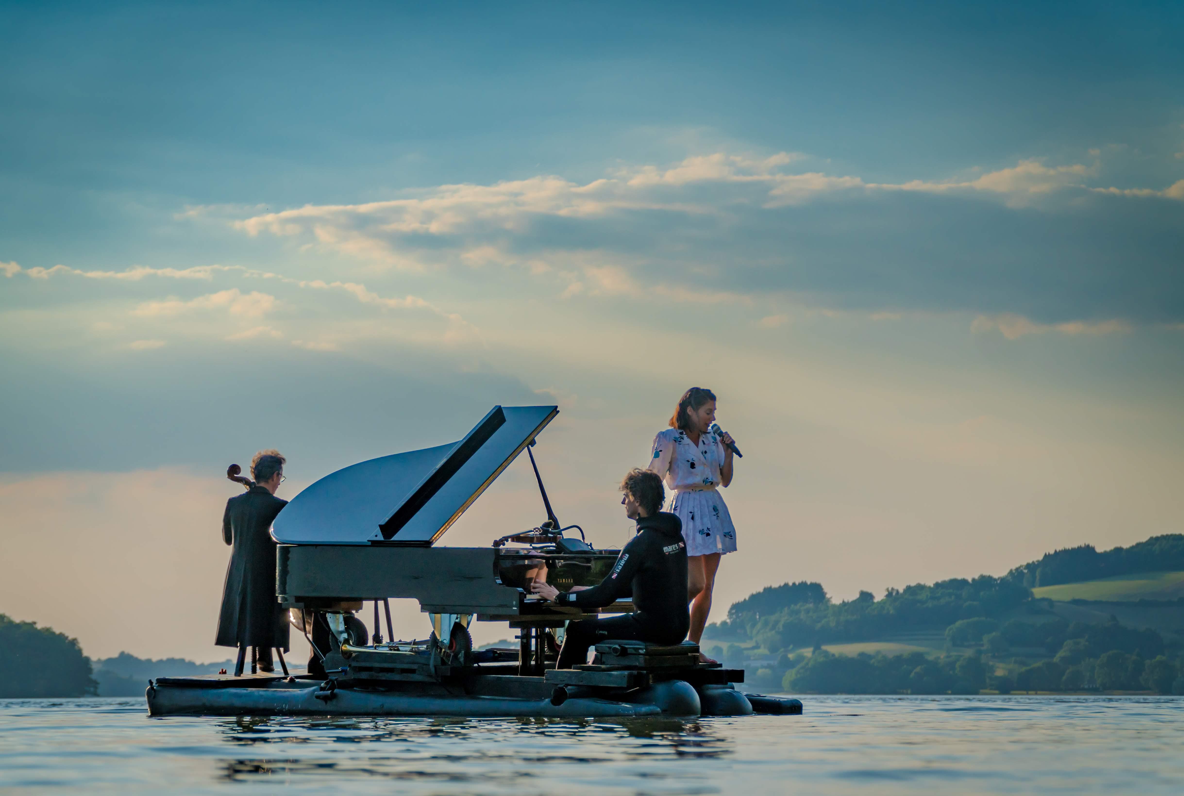 Le PianO du Lac spectacle musical acrobatique & clownesque sur l'eau !