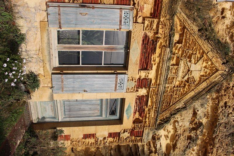 Maisons troglodytiques de la route de la corniche Gauriac