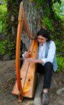 Christophe GUILLEMOT joue comme il respire sur les harpes celtiques qu'il fabrique...son style irlandais mêlé d'improvisations vous séduira! église du Graal Tréhorenteuc